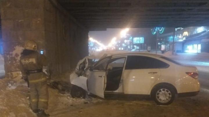 В ГИБДД рассказали о травмах водителя, который врезался в опору моста на Красном проспекте