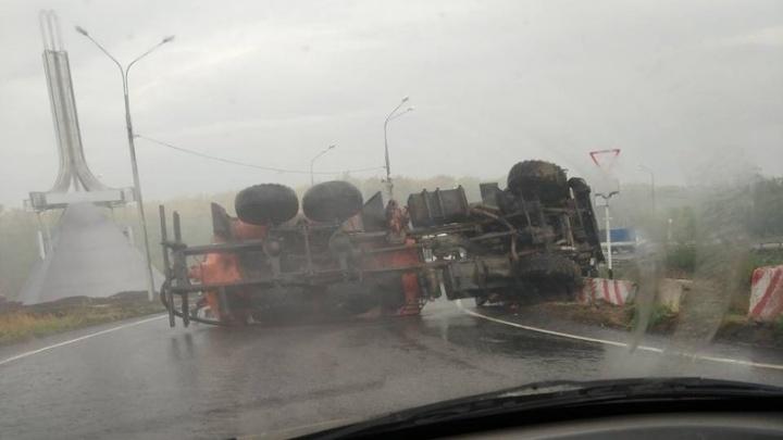 Лежал на боку: перед кольцом на въезде в Отрадный перевернулся грузовой илосос