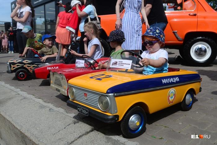 Малыши ездили на педальных машинках образца70–90-х годов