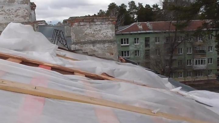 Крыша съехала: квартиры в доме на Южном Урале затопило во время капремонта