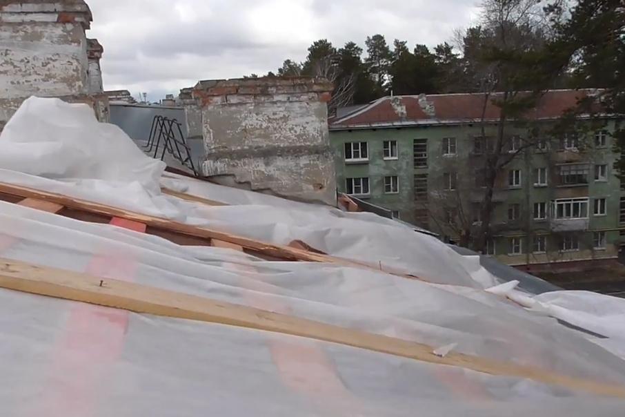 Уже 2,5 месяца дом стоит с открытой крышей
