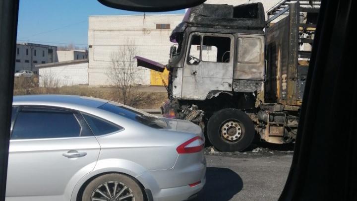 В Ярославле на дороге загорелась фура