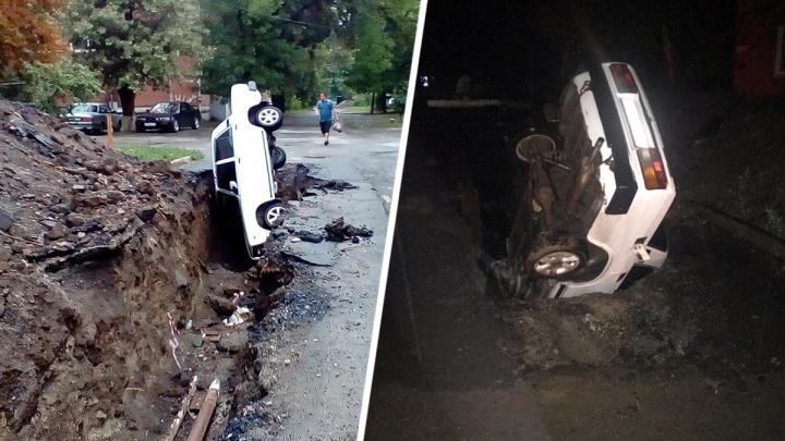 В Таганроге легковушка влетела в разрытую коммунальщиками яму