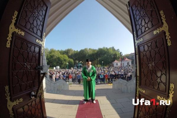 Уфимцы приступают к праздничной молитве