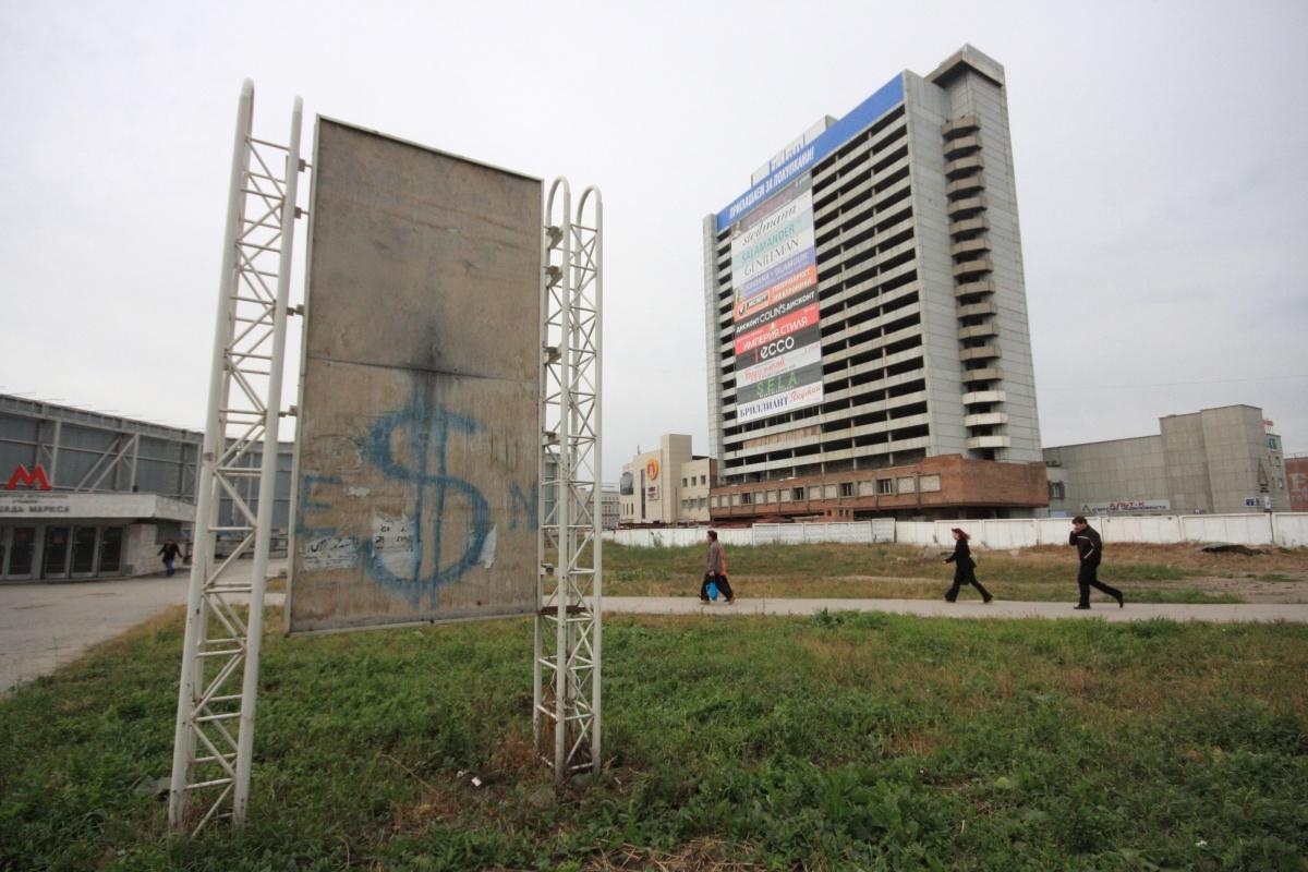Больше 10 лет участок простоял, окружённый высоким забором. Фото Стаса Соколова