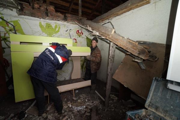 Потолок в жилой комнате обвалился полностью, часть упала на детскую кроватку. К счастью, детей в это время в доме не было