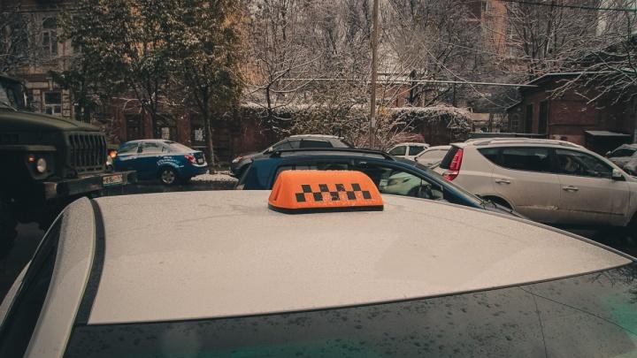 Ночные разборки: в Ростове автомобилист разбирался с таксистом при помощи биты и электрошокера