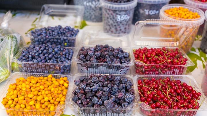 Лесную и садовую ягоду, а также все необходимое для засолки овощей собрали на ярмарке