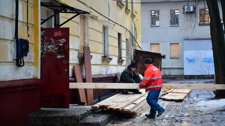 «Теперь ещё и плати за всё это»: жильцов сгоревшего дома будут заселять в него