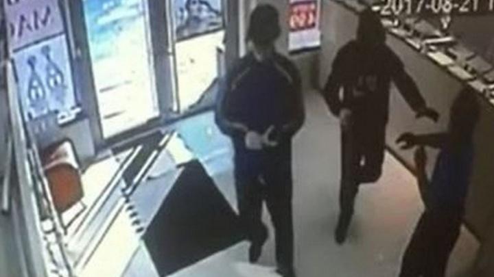 Охранники отбивались голыми руками: появилась запись дерзкого ограбления ювелирного салона на Пехотинцев