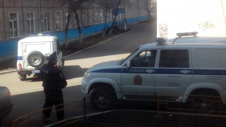 Полицейские в бронежилетах вывели из поликлиники скрученного мужчину