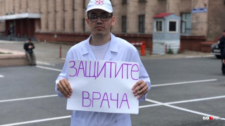 «Страшно работать»: в Перми прошли одиночные пикеты врачей в защиту неонатолога Элины Сушкевич