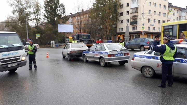 В центре Екатеринбурга лихач пытался скрыться от ГИБДД и врезался в служебную машину