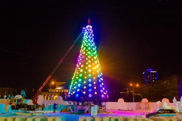 Ёлку в самом центре Новосибирска зажгли во вторник, 11 декабря