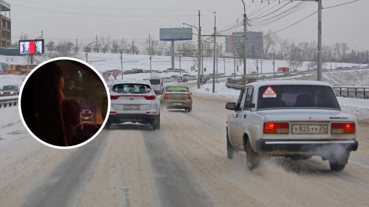 На Кутузова засняли женщину-водителя с ребёнком на руках