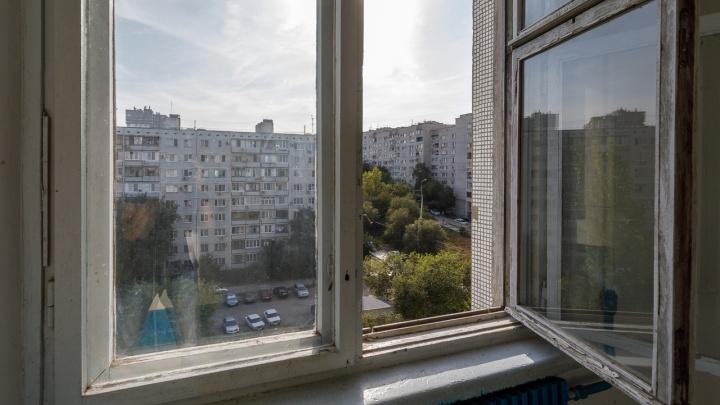 Волгоградку оставили на свободе за смертельное падение грудничка из окна пятого этажа