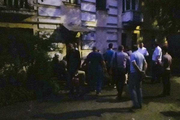 Жильцы дома стоят на улице