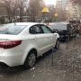 «Стояли ночью на тротуаре»: в челябинском дворе массово прокололи колёса машинам