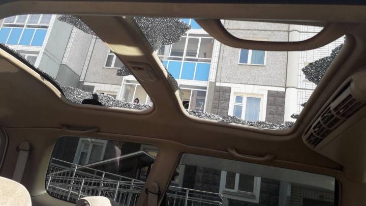 В посёлке «Водников» с многоэтажки кидали камни и разбили панорамную крышу «Хонды»