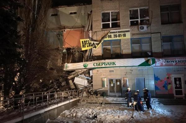 Обрушилась часть стены здания над Сбербанком