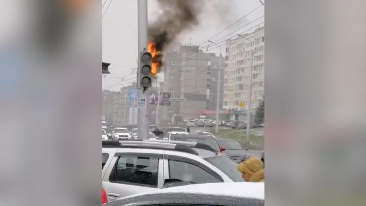 В Уфе вспыхнул светофор: происшествие засняли на видео