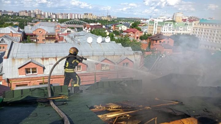 Разбирали крышу вручную и тушили огонь почти 5 часов. Подробности пожара в элитном доме на Хохрякова
