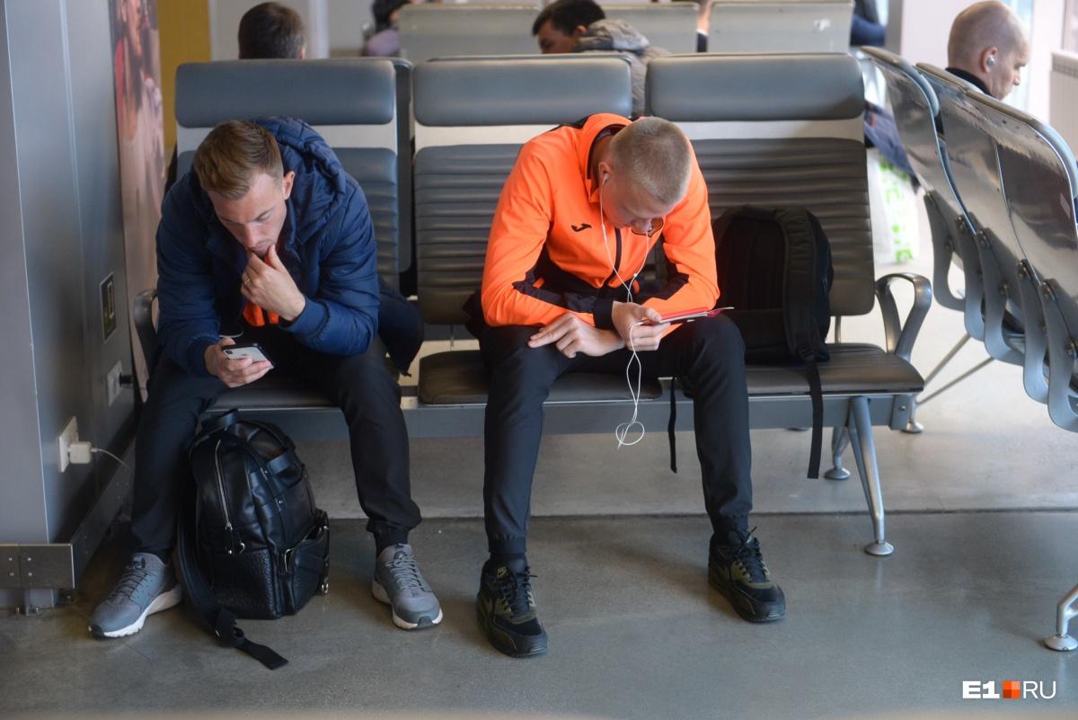 Одни футболисты в ожидании вылета сидели в интернете