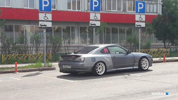«Я паркуюсь как…»: наглость водителей Красноярска в 20 фото