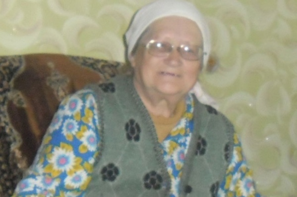 Потерявшаяся женщина среднего роста, у нее седые волосы, носит белый платок