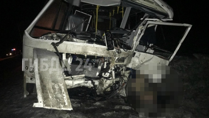 ПАЗ смяло в гармошку при столкновении с грузовиком под Красноярском