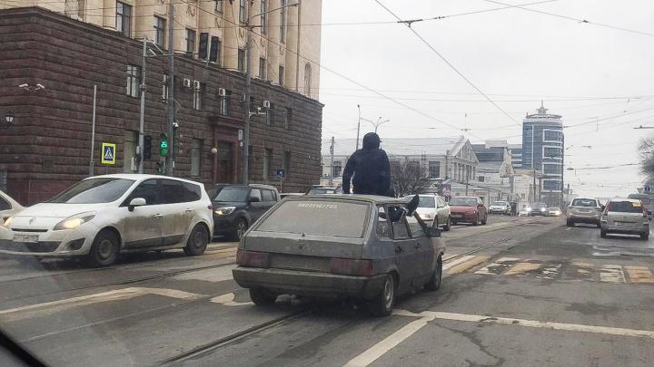В Ростове задержали водителя и пассажира за покатушки на крыше авто