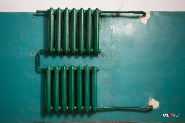 По словам коммунальщиков, некоторые волгоградцы сливают из батарей горячую воду