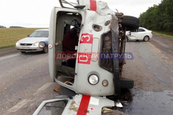 В машине скорой пострадали водитель и фельдшер