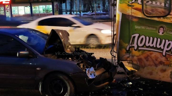 «Приехали две бригады скорой»: в Челябинске Mitsubishi врезался в троллейбус