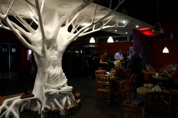 В центре зала выросло большое белое дерево