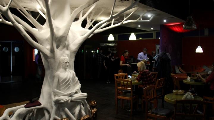 На площади Ленина открылось индийское кафе с белым деревом в зале и «небесными барабанами» в меню