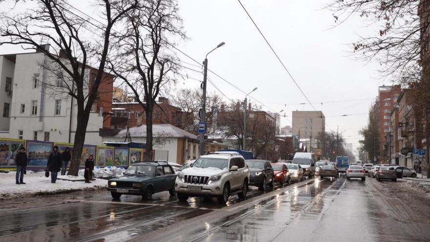 Десятки аварий и девятибалльные пробки: ледяной дождь превратил центр Ростова в сплошной затор