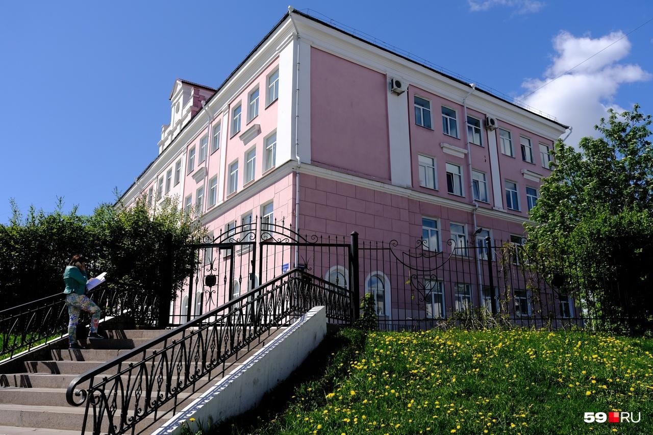 «Зато потом они становятся лидерами»: пермская гимназия снизила проходной балл