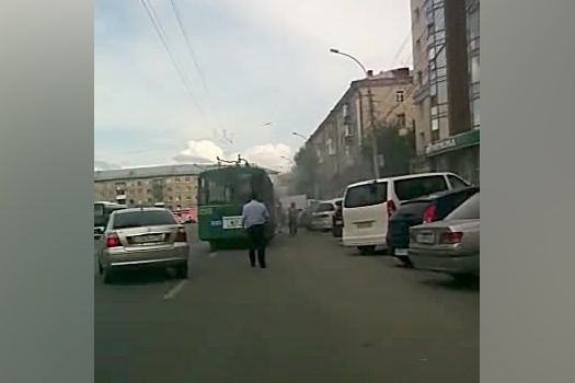 Сотрудники ГИБДД перекрыли две полосы на улице Покрышкина