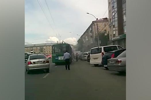 Троллейбус на площади Маркса заволокло дымом