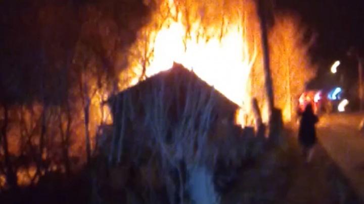 В Перми из-за пожара из деревянного дома эвакуировали шесть человек