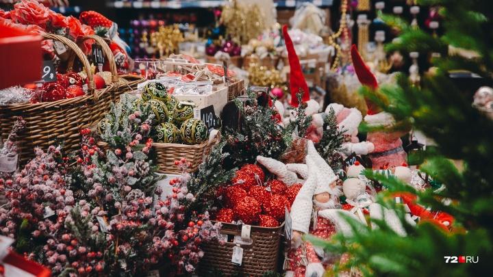 Кокетливые свинки и очень дорогие елки: в 35 кадрах показываем, как в Тюмень крадётся Новый год