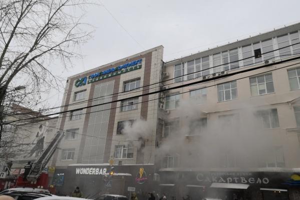 Увидев дым от пожара, к зданию сбежались люди. Они помогли спастись беременной женщине