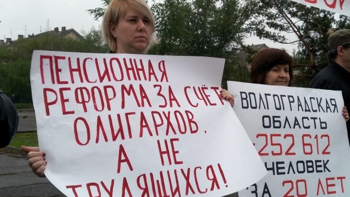 «Наш путь — вымирание»: в Волгограде отметили «День людоеда» против пенсионной реформы в России