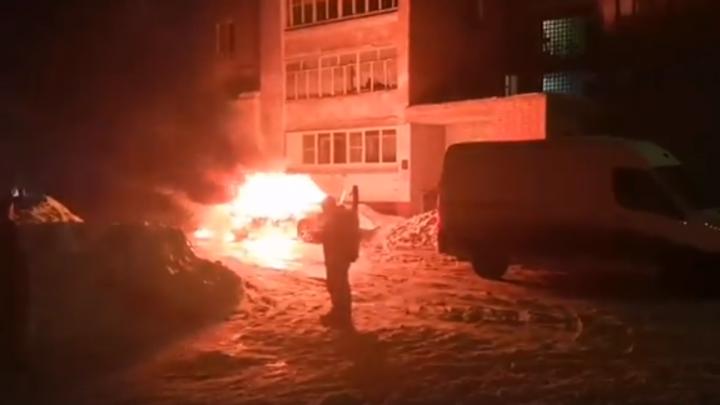 Полыхал как спичка: ночью в брагинском дворе сгорел автомобиль