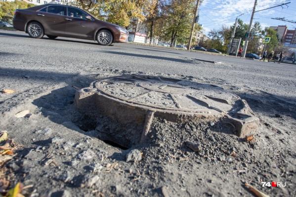 """Так сейчас выглядит улица Воровского. Дорожники обещают, что через два дня там будет ровненький асфальт<i class=""""_"""">&nbsp;</i>"""