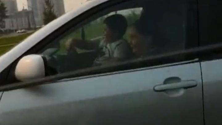 Мать позволила ребенку управлять автомобилем на оживленной дороге в «Северном»