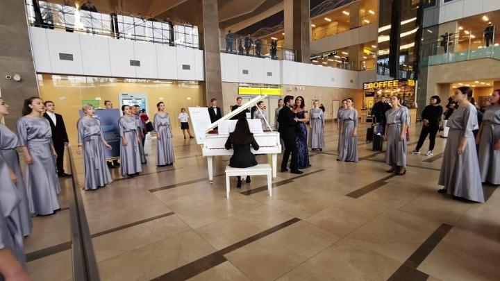 Сорок человек исполнили оперу Джузеппе Верди в холле красноярского аэропорта. Видео