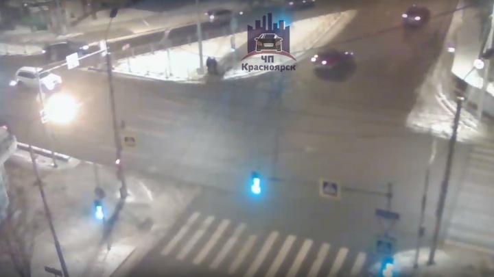 На переходе в центре женщина на кроссовере сбила трёх пешеходов