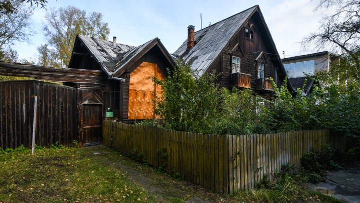 «Я живу в памятнике»: что скрывают три деревянные избушки, построенные автором Белой Башни